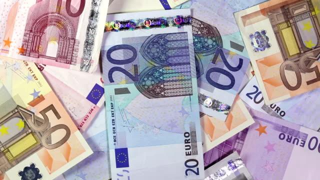 vídeos de stock, filmes e b-roll de notas de dinheiro da ue - nota de cinquenta euros