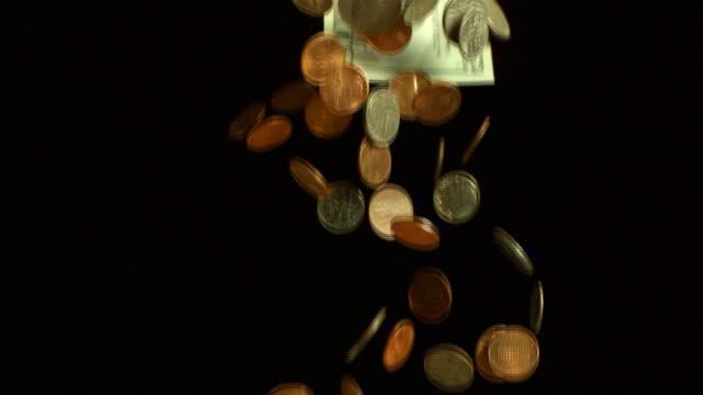 vídeos de stock, filmes e b-roll de money falling down in slow motion. - fotografia de alta velocidade