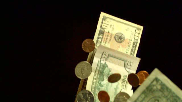 vídeos de stock, filmes e b-roll de money rising up in slow motion. - fotografia de alta velocidade