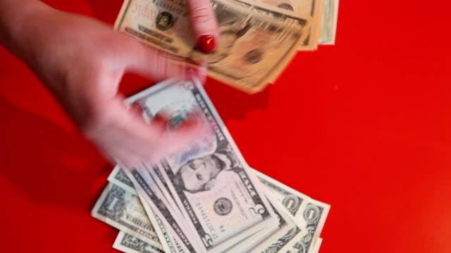 vídeos y material grabado en eventos de stock de dinero mundo - esmalte de uñas rojo
