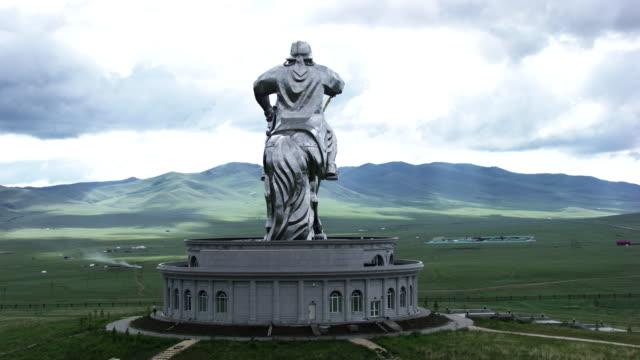 stockvideo's en b-roll-footage met mongolia: equestrian statue of genghis khan - steppe