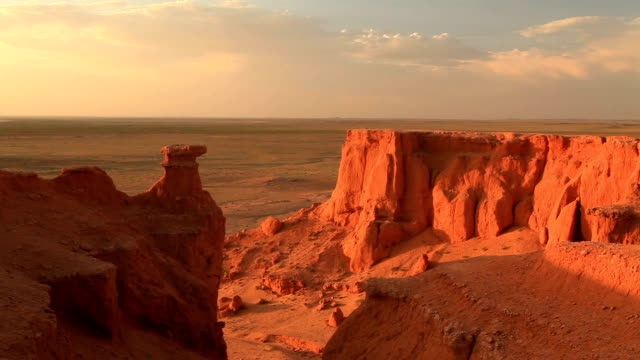 vidéos et rushes de mongolia, gobi desert, bayanzag valley, flaming cliffs. - désert de gobi