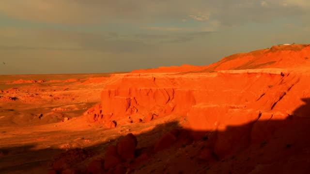 vídeos y material grabado en eventos de stock de mongolia, gobi desert, bayanzag valley, flaming cliffs. - treinta segundos o más