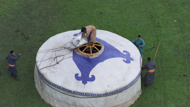 Mongolia : Mogolian people making a yurt