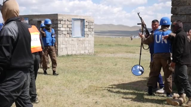 mongolian armed forces peacekeepers navigate the khaan quest 2018 cordon and search lane june 18 at five hills training area mongolia the purpose of... - 平和維持点の映像素材/bロール