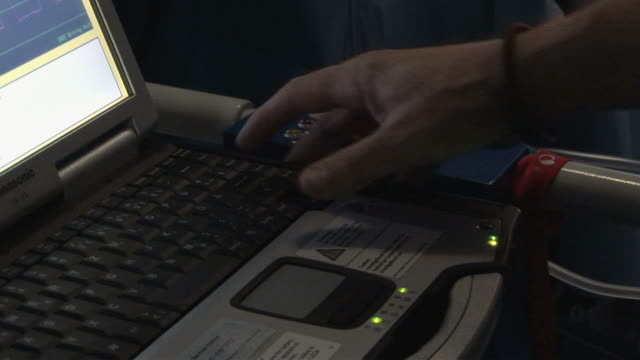 cu pan  monitor showing heart beat  /  little rock, arkansas, usa - アーカンソー州点の映像素材/bロール