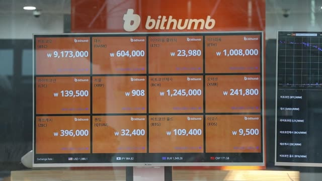 vidéos et rushes de monitors showing the prices of virtual currencies are displayed in the window of the bithumb exchange office in seoul, south korea, on friday, feb. 2... - chaîne de blocs