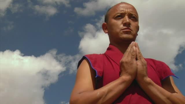 vídeos y material grabado en eventos de stock de cu, la, monk praying, likir monastery, ladakh, jammu and kashmir, india - budismo