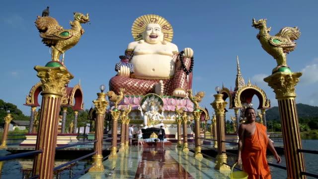 a monk walk at statue of the laughing buddha - endast en medelålders man bildbanksvideor och videomaterial från bakom kulisserna