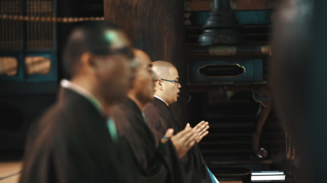 r/f monks bowing in the temple - buddismo video stock e b–roll