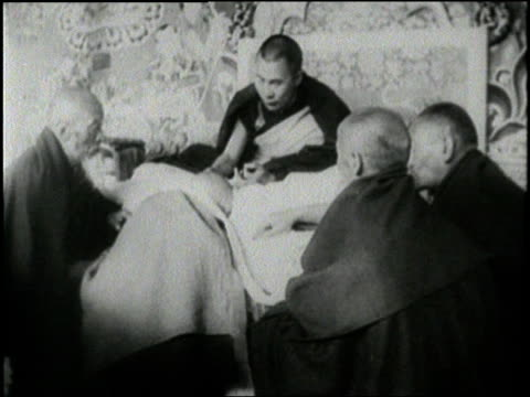 monks gather around the dalai lama in tibet - buddhismus stock-videos und b-roll-filmmaterial