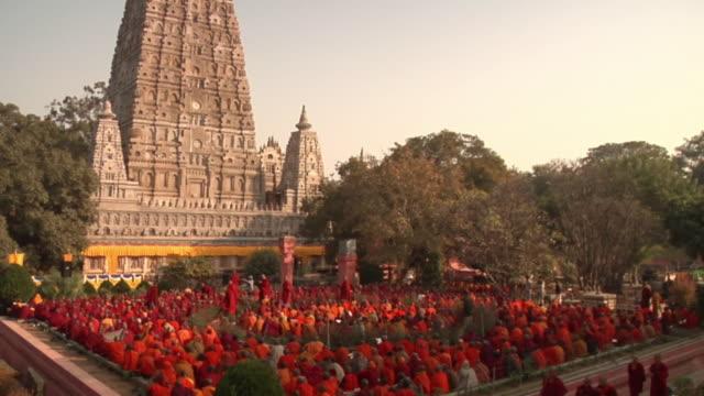 slo mo ws tu monks gathering outside mahabodhi temple / bodh gaya, bihar, india - buddismo video stock e b–roll
