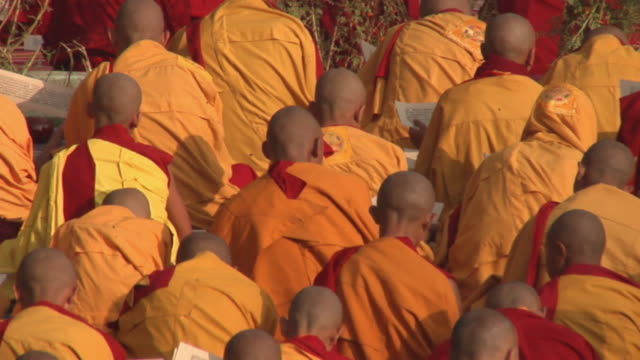 slo mo ha ms pan monks praying at mahabodhi temple / bodh gaya, bihar, india - buddhismus stock-videos und b-roll-filmmaterial