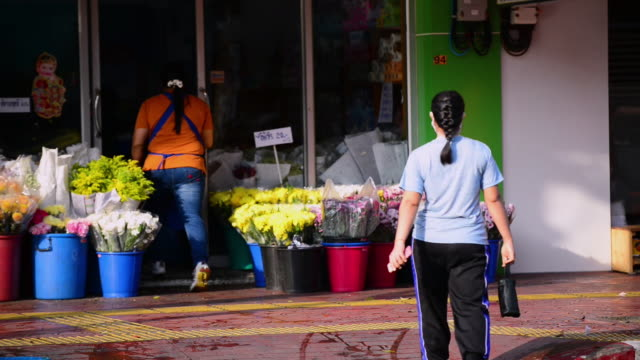 monks walking along the street on the morning alms round in the flower market, bangkok - alm stock-videos und b-roll-filmmaterial