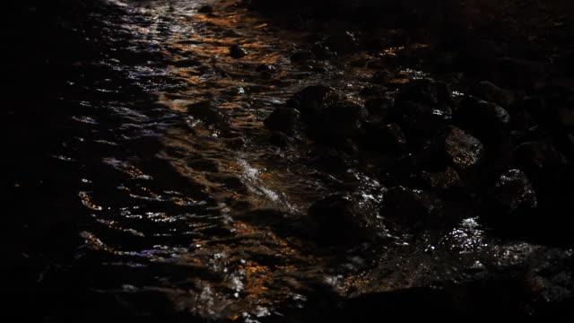 svartvit, abstrakt, bakgrund, sammansättning av stenar nedsänkt i havsvatten med synlig textur - stenstorlek bildbanksvideor och videomaterial från bakom kulisserna
