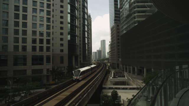 monorail between inner city buildings. - モノレール点の映像素材/bロール