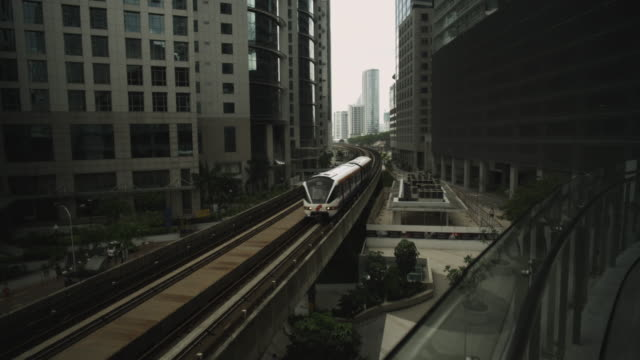 vidéos et rushes de monorail between inner city buildings. - train de banlieue