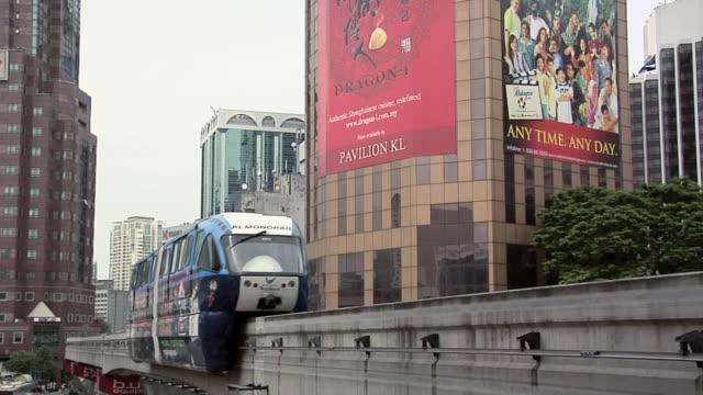 vídeos y material grabado en eventos de stock de ws monorail going towards bukit bintang monorail station / kuala lumpur, malaysia   - escritura occidental