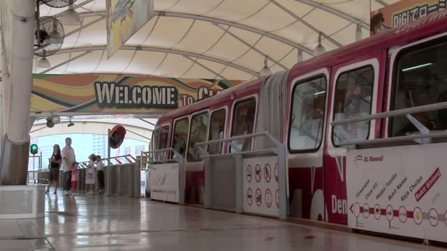 ws monorail leaving  bukit bintang monorail station / kuala lumpur, malaysia   - マレーシア点の映像素材/bロール