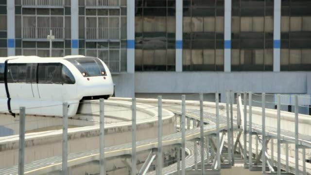 ws monorail moving past office blocks, las vegas, nevada, usa - einschienenbahn stock-videos und b-roll-filmmaterial