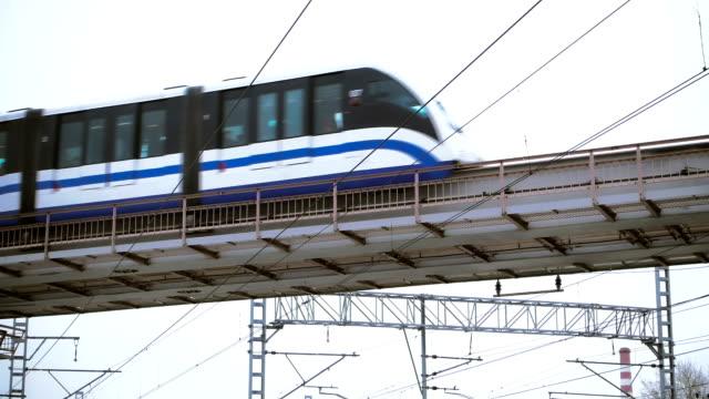Monorail-Zug vorbei an in der Stadt