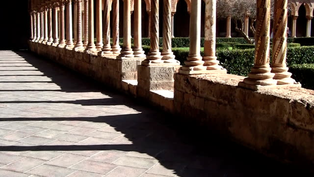 monreale cathedral, view of the cloister. - 建築上の特徴 アーチ点の映像素材/bロール