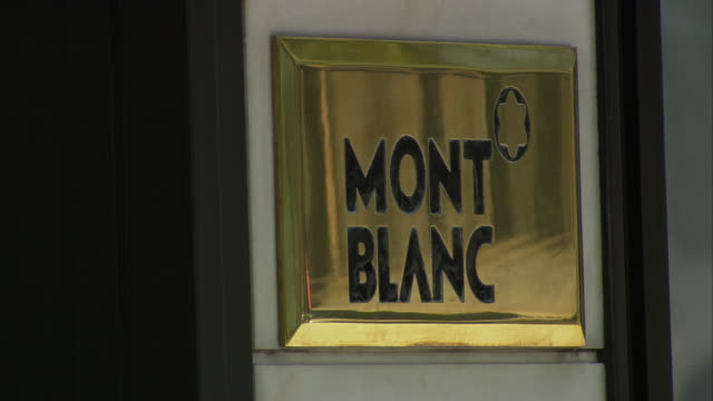 vídeos de stock, filmes e b-roll de mont blanc, shop sign on rodeo drive / beverly hills, california, united states - capital letter