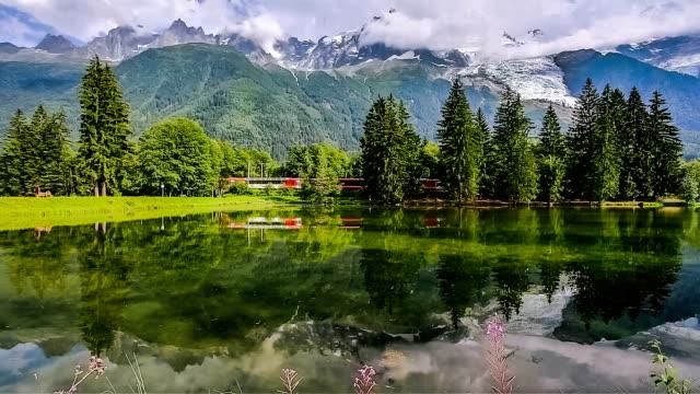 vidéos et rushes de mont blanc, chamonix lac - chaîne de montagnes