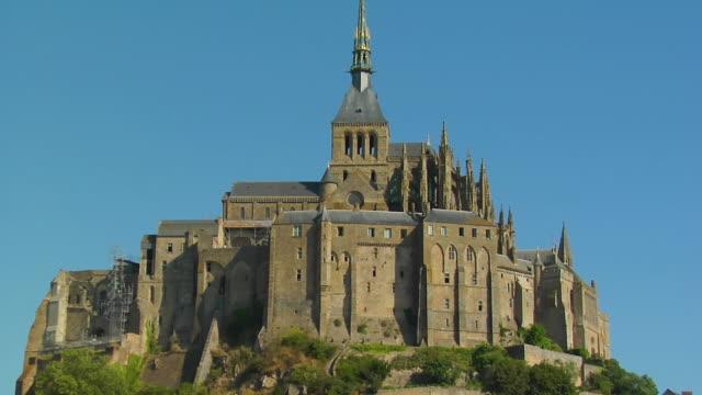 vídeos de stock e filmes b-roll de cu, zo, ms, mont saint michel, normandy, france - circa 13th century