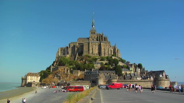 vídeos de stock e filmes b-roll de ws, mont saint michel, normandy, france - circa 13th century