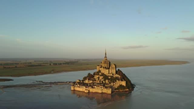 mont saint-michel from the sky - gezeiten stock-videos und b-roll-filmmaterial