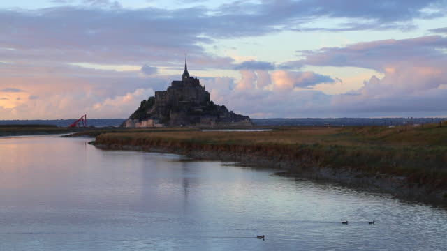 stockvideo's en b-roll-footage met mont saint-michel(le mont saint-michel), general view - kerktoren