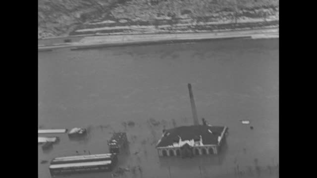 vidéos et rushes de montage aerials pittsburgh, pa, floods from rising of allegheny and monongahela rivers at their junction with the ohio river; business district and... - rivière ohio