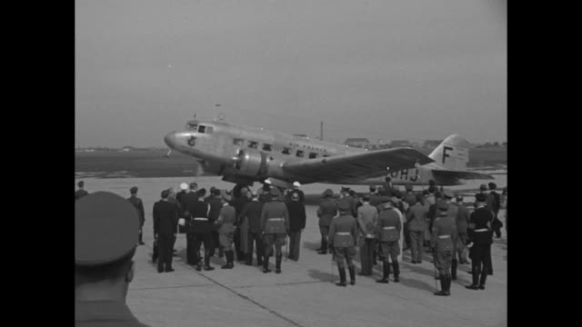 montage air france plane lands on munich airfield / british prime minister neville chamberlain deplanes from british airways plane walks into scrum... - 1938 stock-videos und b-roll-filmmaterial