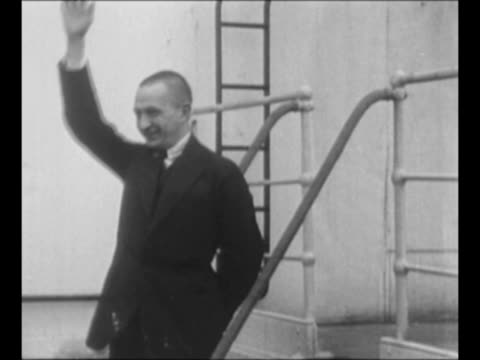 montage alexander kerensky leader of the russian provisional government speaks with journalists during visit to us / 1/27/24 montage russians walk in... - comunismo video stock e b–roll