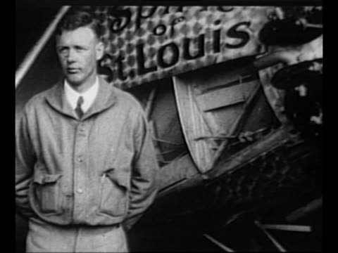 montage aviator charles lindbergh / lindbergh with airplane the spirit of st louis / plane positions itself on airfield as crowd on airfield watches... - 1927 bildbanksvideor och videomaterial från bakom kulisserna