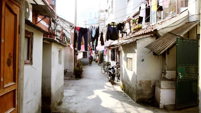vídeos de stock e filmes b-roll de montagem: costas velho ruas de xangai - bairro antigo