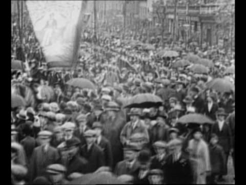 montage british loyalists march in belfast / loyalist orangemen march in belfast / from greatest headlines of the century series - 北アイルランド点の映像素材/bロール