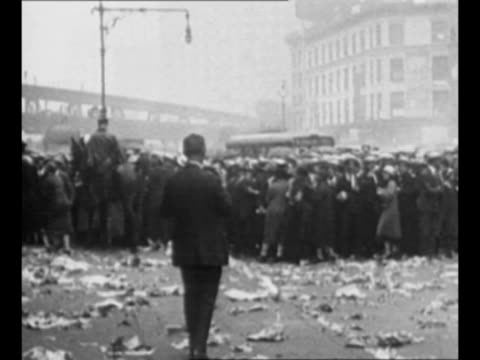 montage crowds in new york city outside the funeral parlor where actor rudolph valentino lies people run to join crowd mounted police stand by trash... - pompe funebri video stock e b–roll