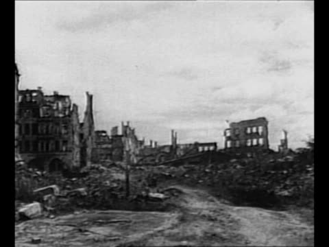 vidéos et rushes de montage destruction and rubble in nuremberg, germany, after world war ii bombings / montage ext palace of justice in nuremberg / carving above... - bombardement