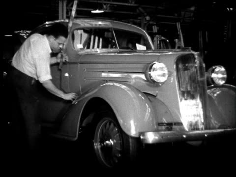 vidéos et rushes de montage, factory floor, cars being assembled. - 1936