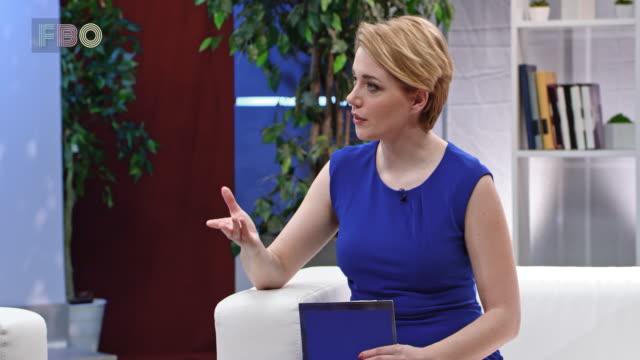 stockvideo's en b-roll-footage met montage: vrouwelijke talkshowhost praten met haar vrouwelijke gast in de studio - television show