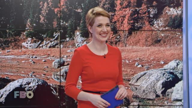 montage: weibliche talkmaster dankte das publikum zur begrüßung vor dem start mit den eröffnungsvortrag - moderator stock-videos und b-roll-filmmaterial