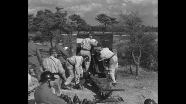vidéos et rushes de montage french gun crews load artillery guns during military maneuvers officers give orders crews fire guns / ws smoke from mortar impact / artillery... - manoeuvre militaire