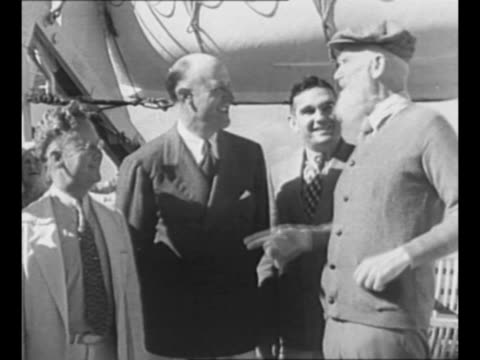montage george bernard shaw on board the ss arandora star as he arrives in florida; he jokes with men, walks on deck, dances a step or two, smiles /... - 船の一部点の映像素材/bロール
