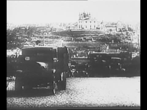 vidéos et rushes de montage german tanks trucks move on russian roads during world war ii / german soldiers march / officer gives order / soldiers run across field with... - wehrmacht