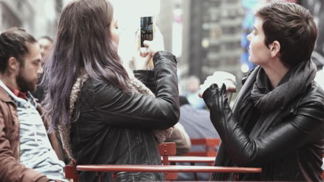 vídeos y material grabado en eventos de stock de 4 k montaje -girlfriends selfie en times square nueva york - montaje técnica de vídeo
