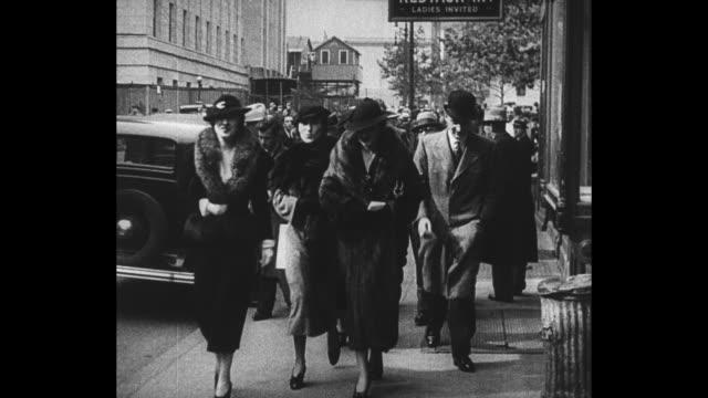 montage gloria morgan vanderbilt in long fur coat arrives with women for a session of the custody trial involving her daughter gloria vanderbilt /... - gerichtsverhandlung stock-videos und b-roll-filmmaterial