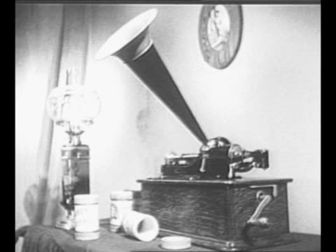 vidéos et rushes de montage gramophone on table with electric lamp and gramophone cylinders / cu gramophone as it plays with label featuring a replica of inventor thomas... - platine de disque vinyle