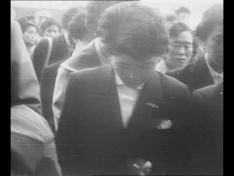 montage hiroshima maidens at ceremony in japan prior to their departure to the us for reconstructive surgery / man presents bouquet to one of the... - composizione di fiori video stock e b–roll